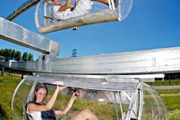Monorail Shweeb. Kabínky sú poháňané šliapaním do pedálov.
