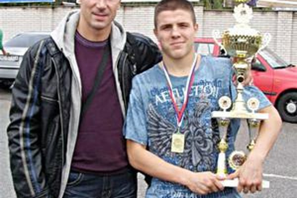 Hrdý majster sveta. Pavol Gaško (vpravo) s trénerom Petrom Onuščákom.