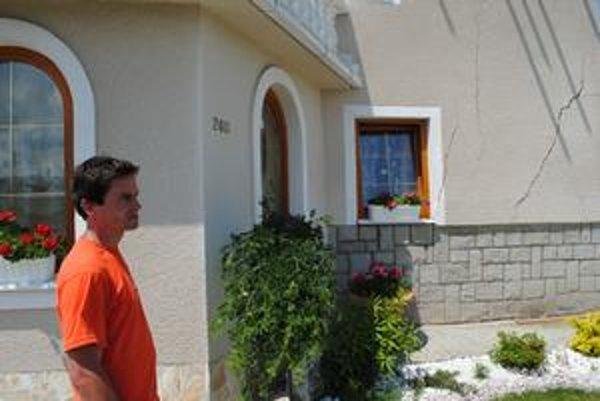 Patrik Brehový ešte pri popraskanom dome, dnes už je po ňom diera. On ostáva na východe.
