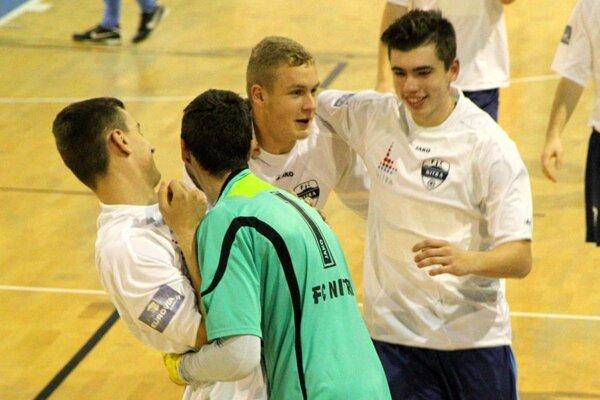 Juniori Nitry sa takto tešili po zvládnutom penaltovom rozstrele s Výberom ObFZ Nitra. Jeho hrdinom bol brankár Dávid Šípoš.