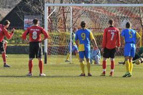 Penaltový moment. Brankár Žofčák kryje pokutový kop Bezáka (vľavo).