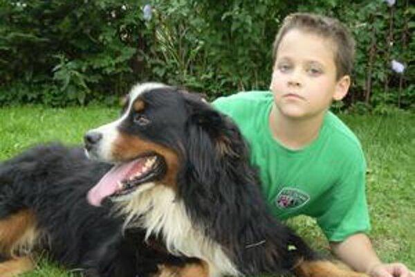Kamil. Malý záchranca sa vo voľnom čase rád zabáva so svojím psom.