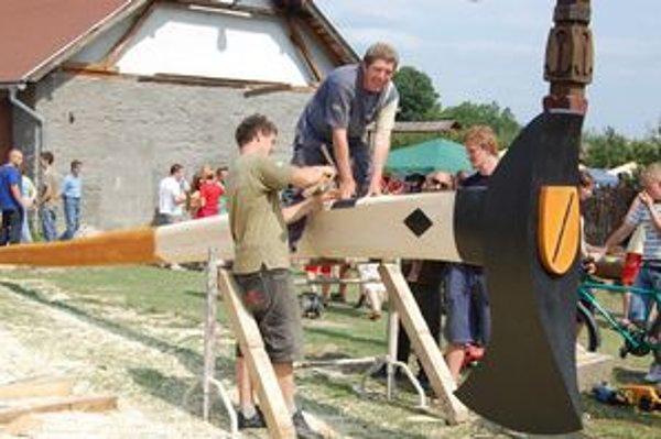 Valaška. Jedným z hrhovských rekordov bolo aj zhotovenie maxivalašky. Na snímke pri posledných úpravách Ján Školník.