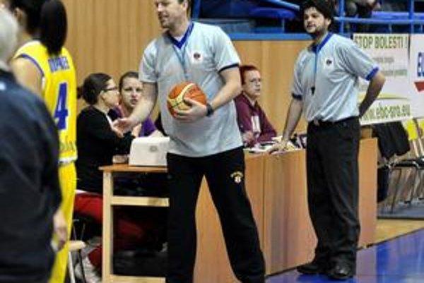 Zaskočili za arbitrov. Drankaľuk (vľavo) a Klasovský sa s neľahkou úlohou popasovali.