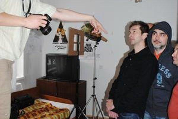 Fotenie. Jaris (vľavo) usmerňuje kapelu.