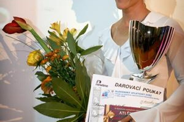 Strieborná. Dana Velďáková s pohárom za 2. miesto v ankete Atlét roka 2009.