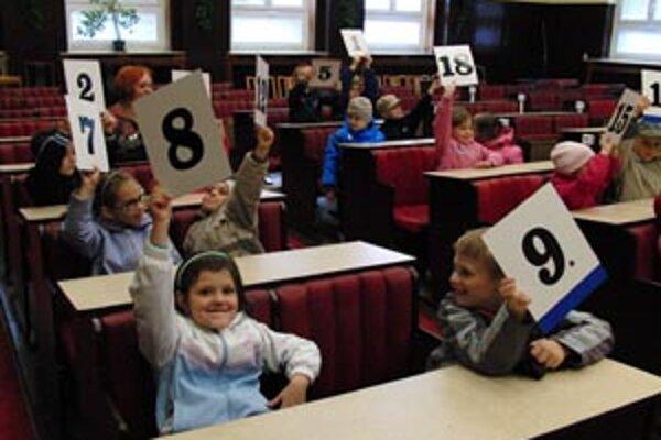 Handlovskí žiaci si vyskúšali hlasovanie v poslaneckých laviciach.