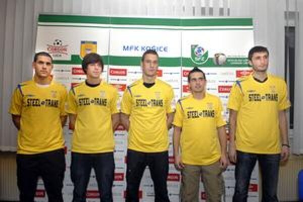 Pätica nových hráčov. MFK dnes predstavil legionárske posily - zľava: Megias, Stoeten, Fernandez, Paunovič a Djokovič.