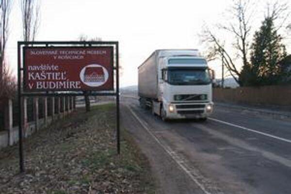 Kamióny sa vracajú z diaľnice späť do dedín.