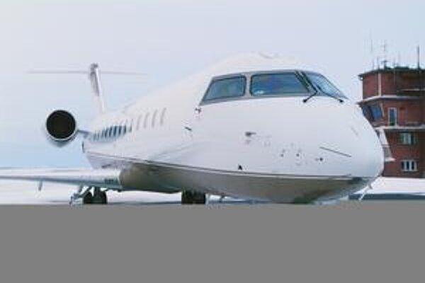 Bizjet Bombardier Challenger 850. V luxusnej zariadenej kabíne je štandardne 14 pohodlných kresiel.