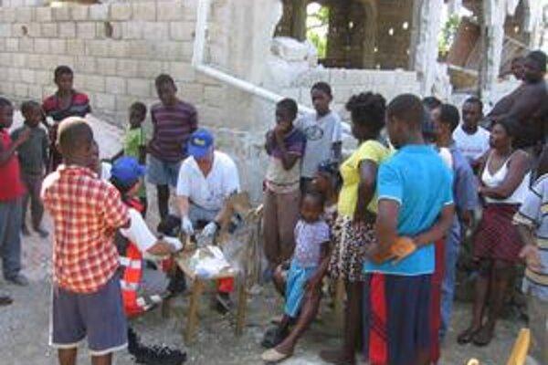 Prvé dni okolo našich záchranárov stáli desiatky Haiťanov.