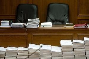 Súdne procesy naťahujú tisícstranové spisy, ale aj nečinnosť sudcov.