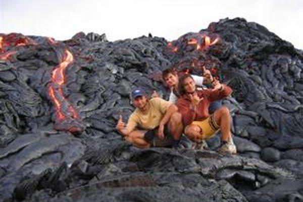 S kamarátmi na havajskej láve. Za takýmto úžasným zážitkom treba vyraziť o tretej ráno, s pocitom, že človek nikdy nevie, kedy sa mu vyleje povrch pod nohami.