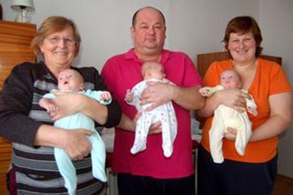 Šťastní rodičia aj babka. Vyrovnané sily - traja dospelí a tri deťúrence. To je paráda...