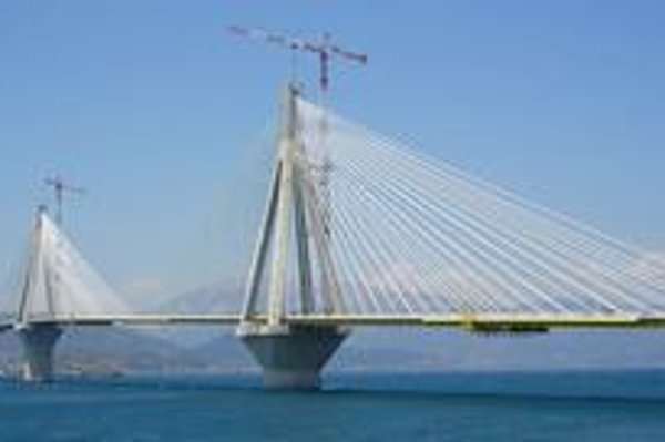 Pohľad na most. Most má štyri piliere, na ktorých sú ukotvené laná, nesúce mostovku.
