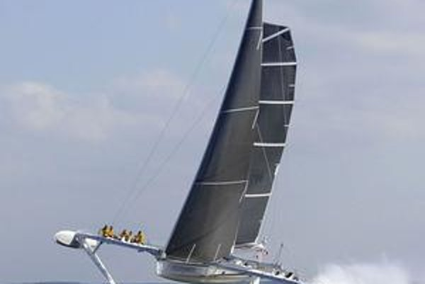 Plachetnica Hydroptére. Krídla pod hladinou nadnášajú plachetnicu pri veľkej rýchlosti tak, že sa jej hlavný trup vynorí z vody.