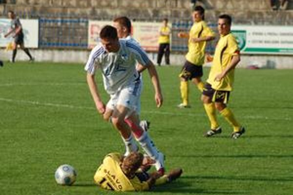 Nestačil. Jeden gól Lukáša Horvátha (v bielom) na víťazstvo nad Trebišovom nestačil,ale aj remíza 1:1 nebola zlým výsledkom.