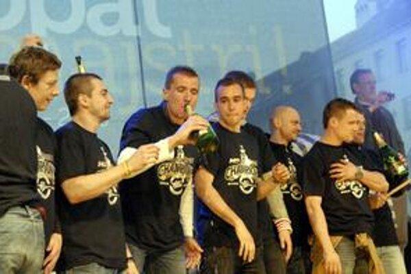 Dvakrát majstrom. Peter Húževka (so šampusom) v Košiciach opakovane zažil oslavy titulu.