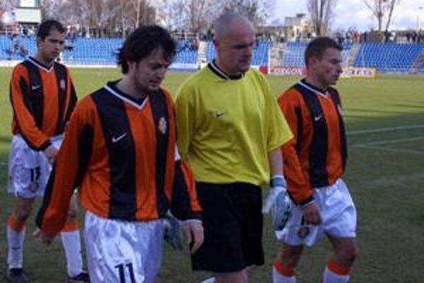 Zvesené hlavy. V sezóne 2001/02 schádzali z ihriska košickí futbalisti (zľava Školník, Zvara, Kobr a Gegič) často takto smutne.