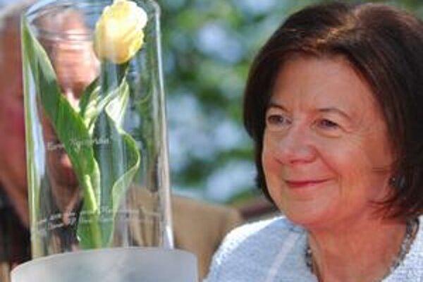 Mária Kaczyńská so vzorkou odrody tulipánov, ktoré nesú jej meno. Do poslednej rozlúčky s prvou dámou však nestihli rozkvitnúť.