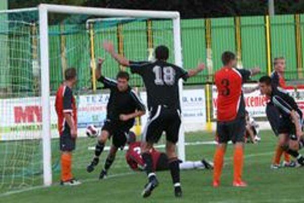 Inkasovaný gól. Na tejto snímke sa síce domáci Prievidžania radujú z gólu J. Pekára, po zápase sa však z remízy viac tešili hostia.