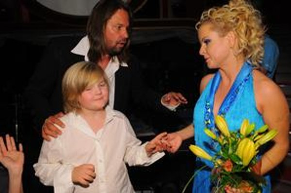 Chce zabezpečiť Artura. Speváčke sa nepáči, že Štaidl rozhadzuje a synovi nedopraje, vľavo manžel Jiří Pomeje.