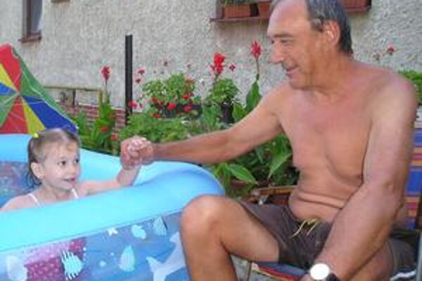 Juraj Čobej. Horúce letné dni si vychutnáva v spoločnosti vnučky Alžbetky.