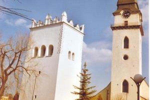 Renesančná zvonica. Pri rímskokatolíckom kostole sv. Antona Pustovníka z 13. stor. je zvonica z r. 1598.