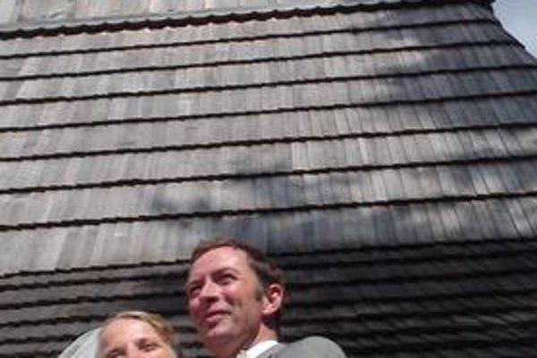 Mladomanželia. Cynthia Magocsi, dcéra Paula Roberta Magocsiho, s manželom Aeomonom Gerardom Odeom, Írom, žijúcim vo Francúzsku, pred dreveným kostolíkom, pamiatkou svetového kultúrneho dedičstva UNESCO, v Miroli.