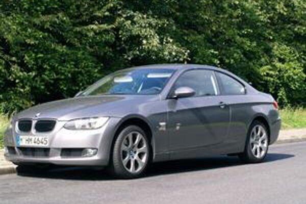 Kupé BMW 320d xDrive. Na pohon slúži dvojlitrový turbodieselový motor.