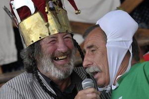 V auguste Čmaňa blahoželal Bolkovi Polívkovi k šesťdesiatinám s podprsenkou na hlave. Čo pre neho vymyslí Bolek?