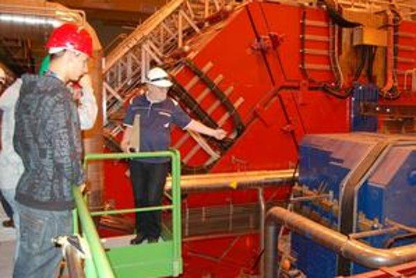 Slovenskí študenti v CERN-e. Činnosť obrovského detektora ALICE vysvetlil študentom RNDr. K. Šafařík.