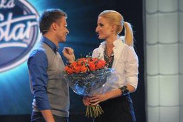 Ruže od kolegu. Leoš Mareš v priamom prenose gratuloval s kyticou a sľúbil Adele aj autobusový zájazd do Trnavy.