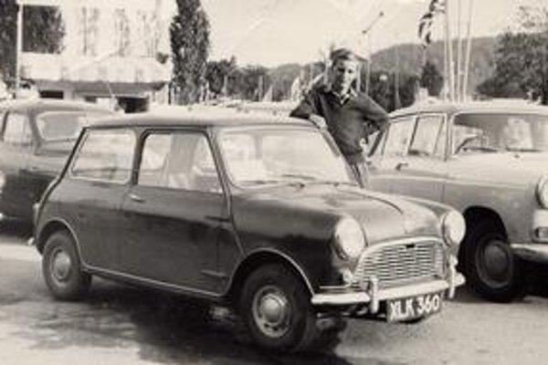 Mini alias Austin Seven. Autor tejto strany pózuje pri vozidle Austin Seven na parkovisku brnianskeho výstaviska (písal sa rok 1960!).