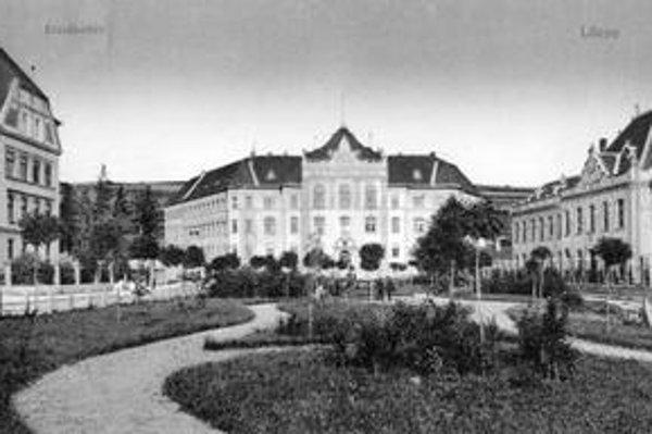 Stará snímka Levoče. Takto vyzeralo Alžbetino námestie s budovou sedrie.