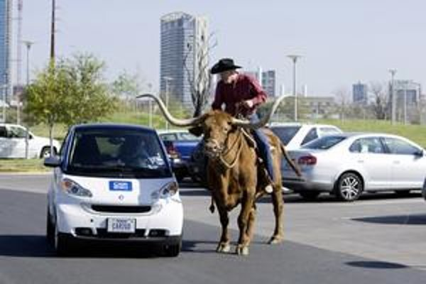 Smart s texaským kovbojom. Austin je prvé americké mesto, v ktorom firma Daimler AG zaviedla systém car2go.