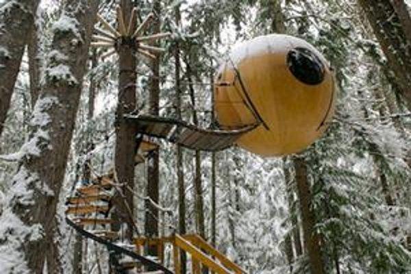 Guľovité obydlie medzi stromami. Drevená (prípadne sklolaminátová) guľa má priemer 3,2 metra a je zavesená na troch lanách.
