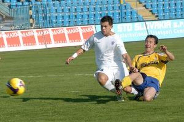 Gólová akcia. M. Viazanko (vpravo) v sklze posiela loptu do brány Zajaca.