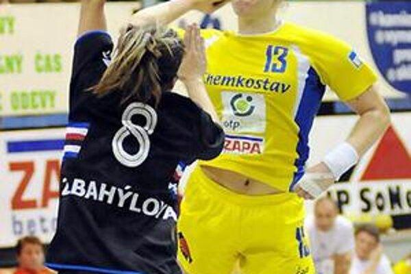 Spojka Iuventy A. Obšatníková (s loptou) je vo výbornej streleckej forme