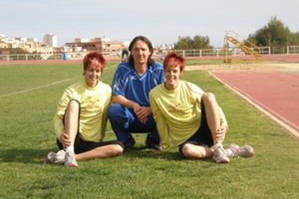 Na sústredení. Dana (vľavo) a Jana Velďákové s trénerom Dubovským počas prípravy v španielskom Benidorme.