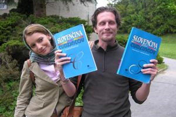 Zaľúbenci. Johnny vie po slovensky približne desať slov, preto tá literatúra. Dorota ho bude doučovať a on naučí deti po anglicky.