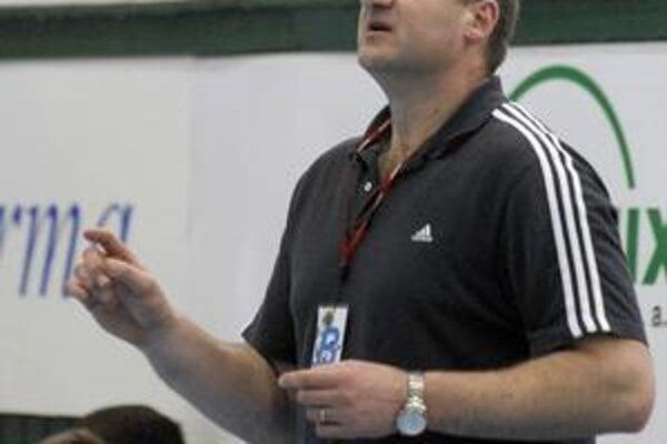 Počas zápasu. J. Hruščák vie, že jeho zverenci nemajú čo stratiť.