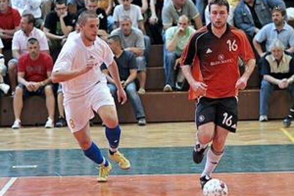 Súboj. Košičan P. Grutka (vľavo) atakuje Bratislavčana G. Bartošeka.