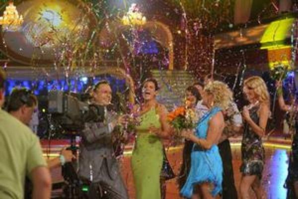 Kvety, konfety, objatia... Zuzanu Fialovú narodeninové prekvapenie počas Let´s dance potešilo.