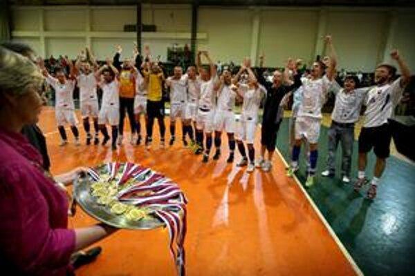 Majstri. Futsalisti RCS Košice pred medailovým dekorovaním.
