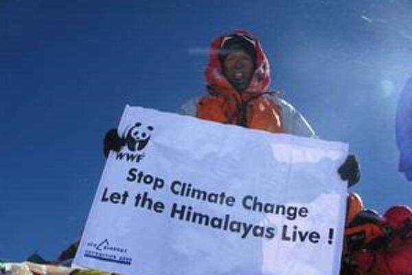 Sherpa na vrchole Mt. Everestu. Podtext: Transparent vyzýva na zastavenie klimatických zmien.