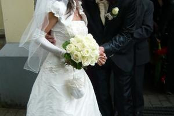 Mladomanželia: Maťo Ďurinda a Mirka Burdzová sa vzali v sobotu v Humennom, odkiaľ nevesta pochádza.