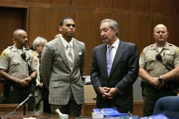 Chris Brown na súde.