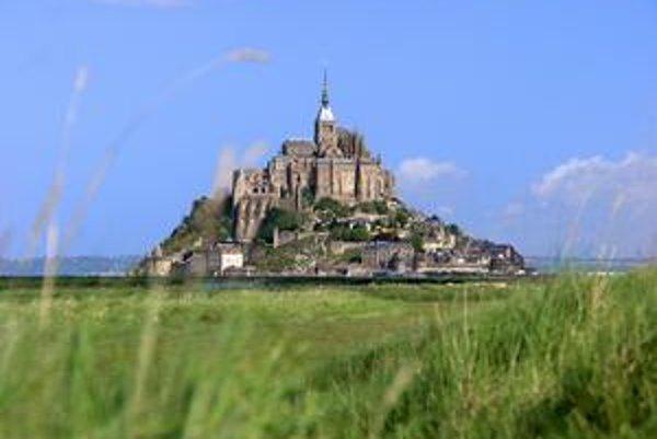 Pohľad z pevniny. Je to po Paríži najnavštevovanejšie miesto vo Francúzsku.