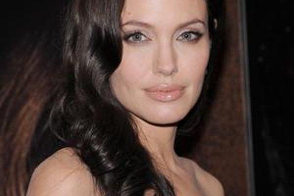 Jednotka. Angelina Jolie je proste geniálna, krásna, úspešná a ešte stíha rodiť deti ako na páse.